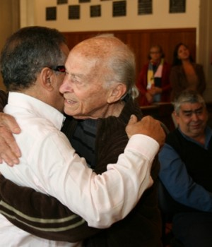 Depois de se emocionar, chorar e não conseguir falar, João Pires, o ponta-direita do Fantasma do Mineirão, abraça Geraldo Magela, o treinador daquele time. Ao fundo, o  Gerente de Futebol do Tupi, Pitti, também não contém as lágrimas